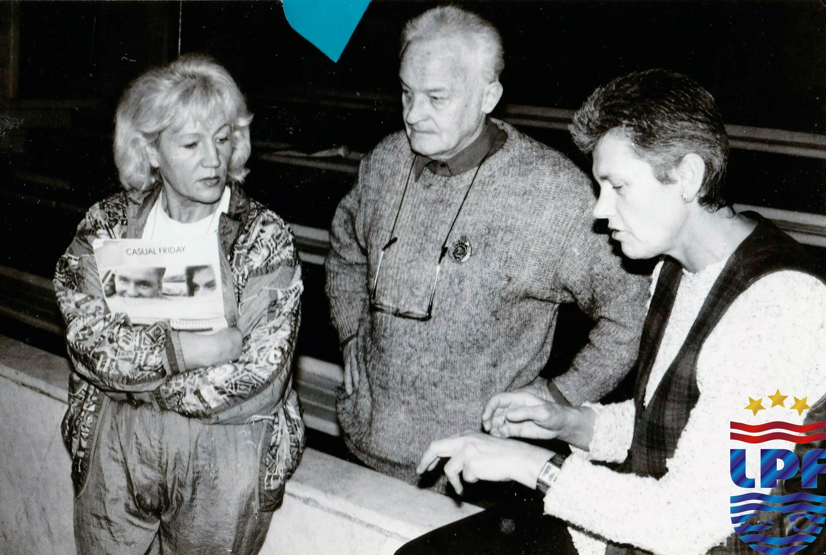 Treneri Lidija Kaufmane, Juris Rode un Velta Marija Upmale sporta kluba VEF peldbaseinā, Rīgā. 90. gadi. Fotogrāfs nezināms. V. M. Upmales privātais arhīvs
